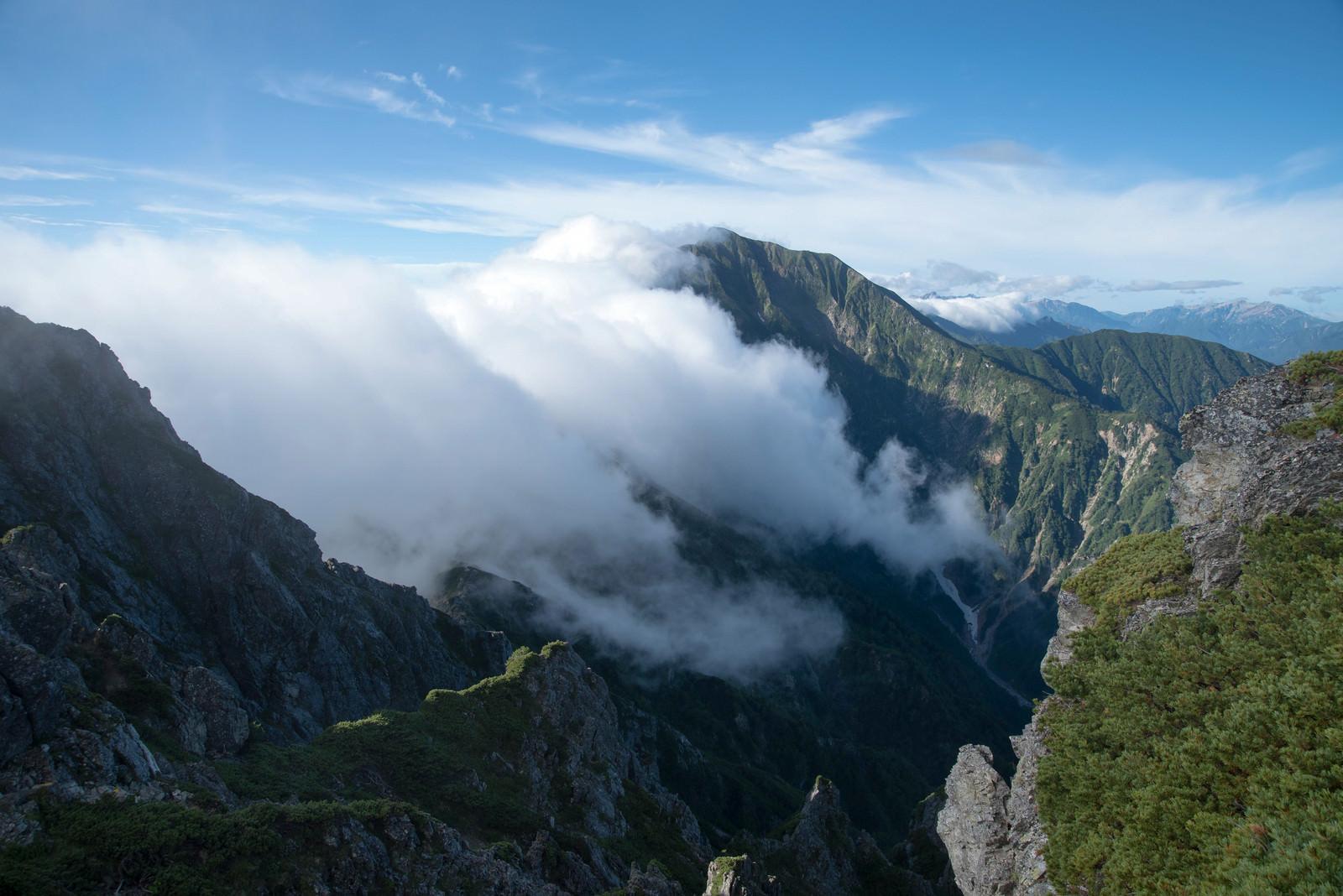 長く伸びる稜線に覆いかぶさる雲の写真(画像)を無料ダウンロード ...