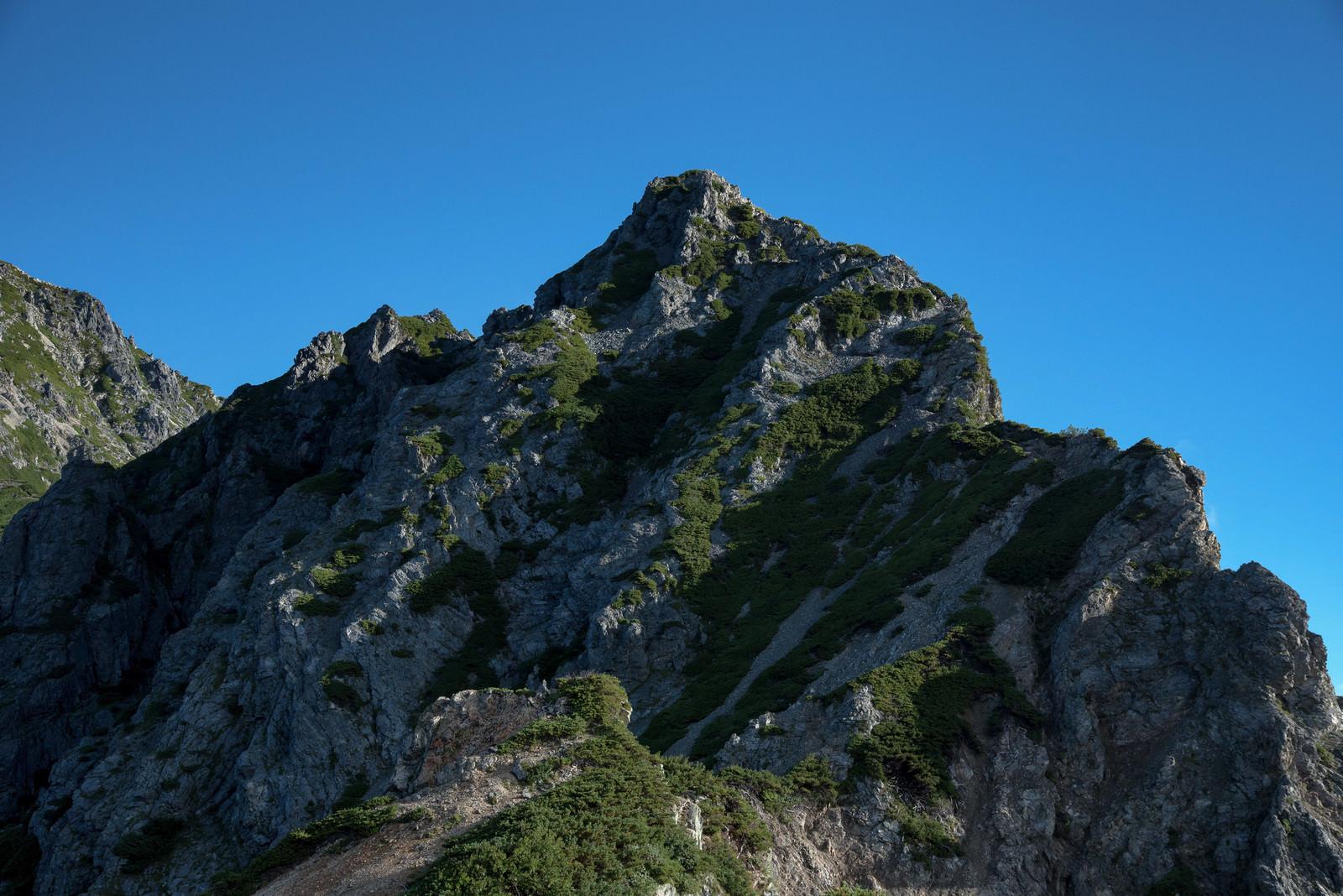 「雲一つない空と岩稜」の写真
