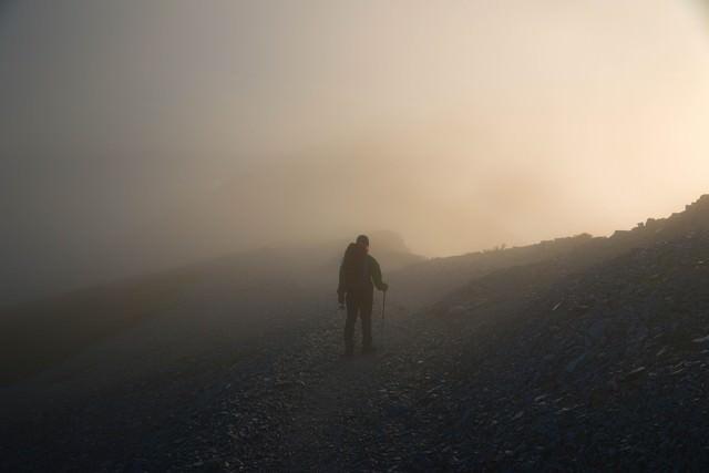 五里霧中な登山者の写真