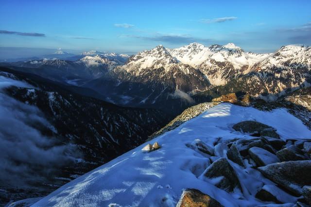 常念岳山頂の雪景色の写真