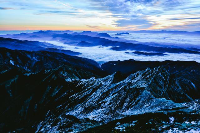 残雪の山々と雲海の写真