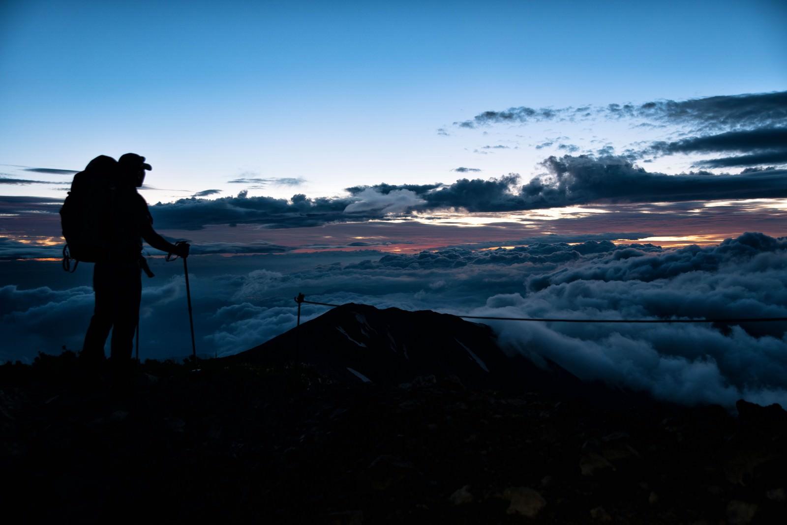 「朝日を待つ登山者」の写真
