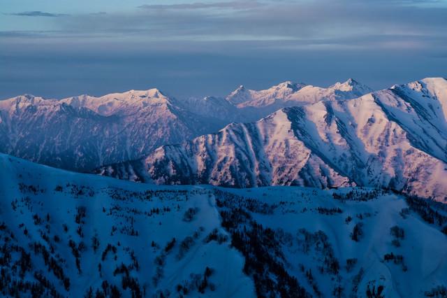 朝焼けに染まる北アルプスの写真