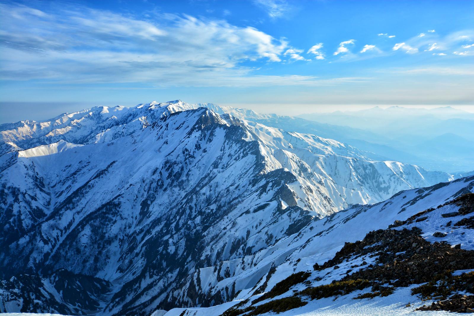 「残雪の五竜岳と八峰キレット(北アルプス)」の写真
