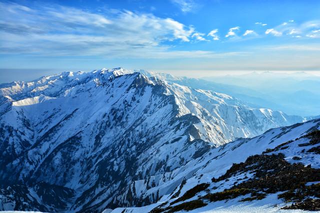 残雪の五竜岳と八峰キレット(北アルプス)の写真