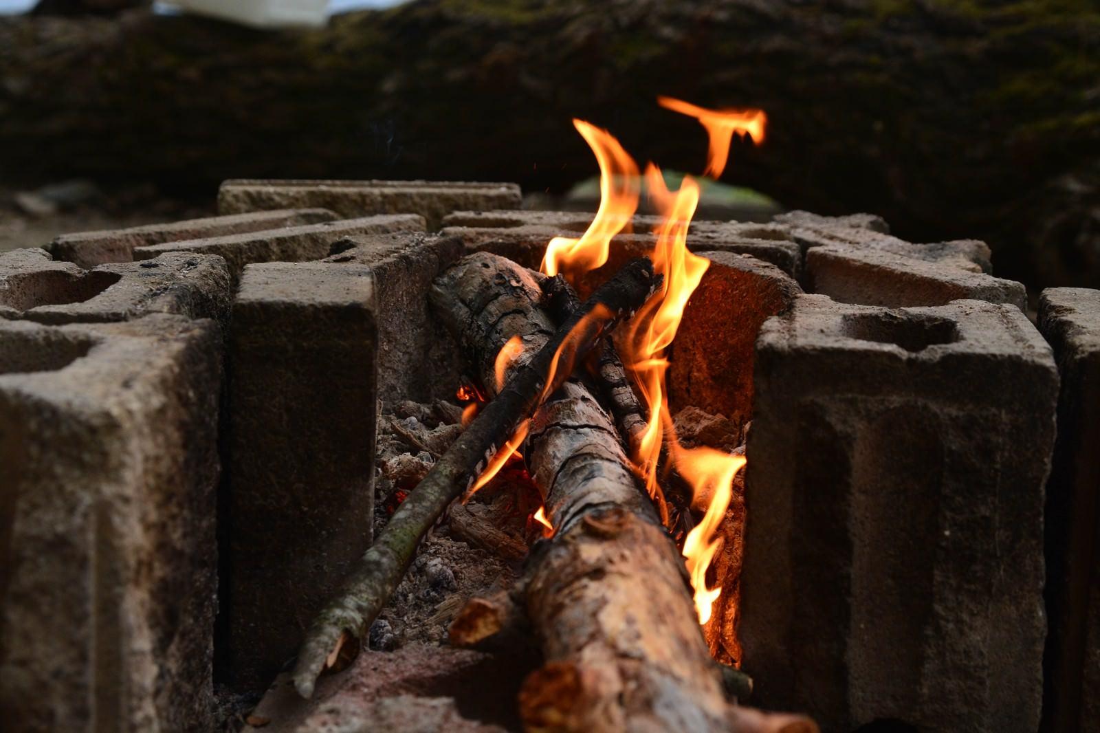 「ブロック塀と焚火」の写真