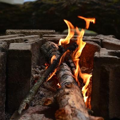 ブロック塀と焚火の写真