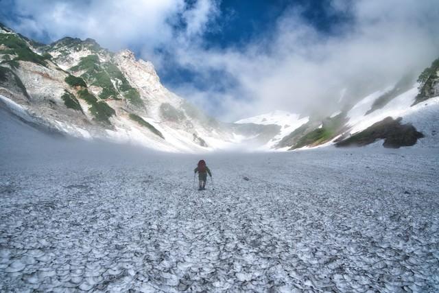 白馬の大雪渓と登山者の写真