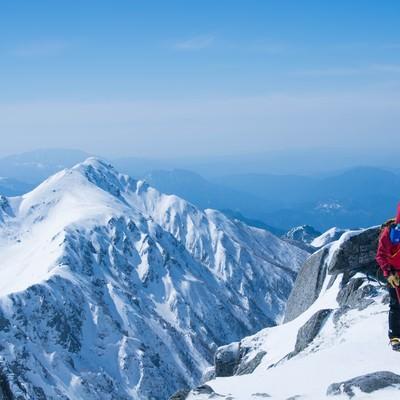 雪山と登山者の写真