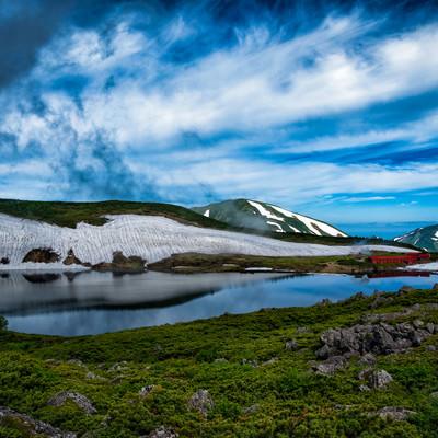 水鏡の白馬大池に映る山荘(北アルプス)の写真
