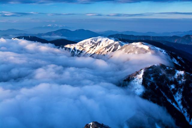 雲に飲み込まれる蝶ヶ岳(北アルプス)の写真