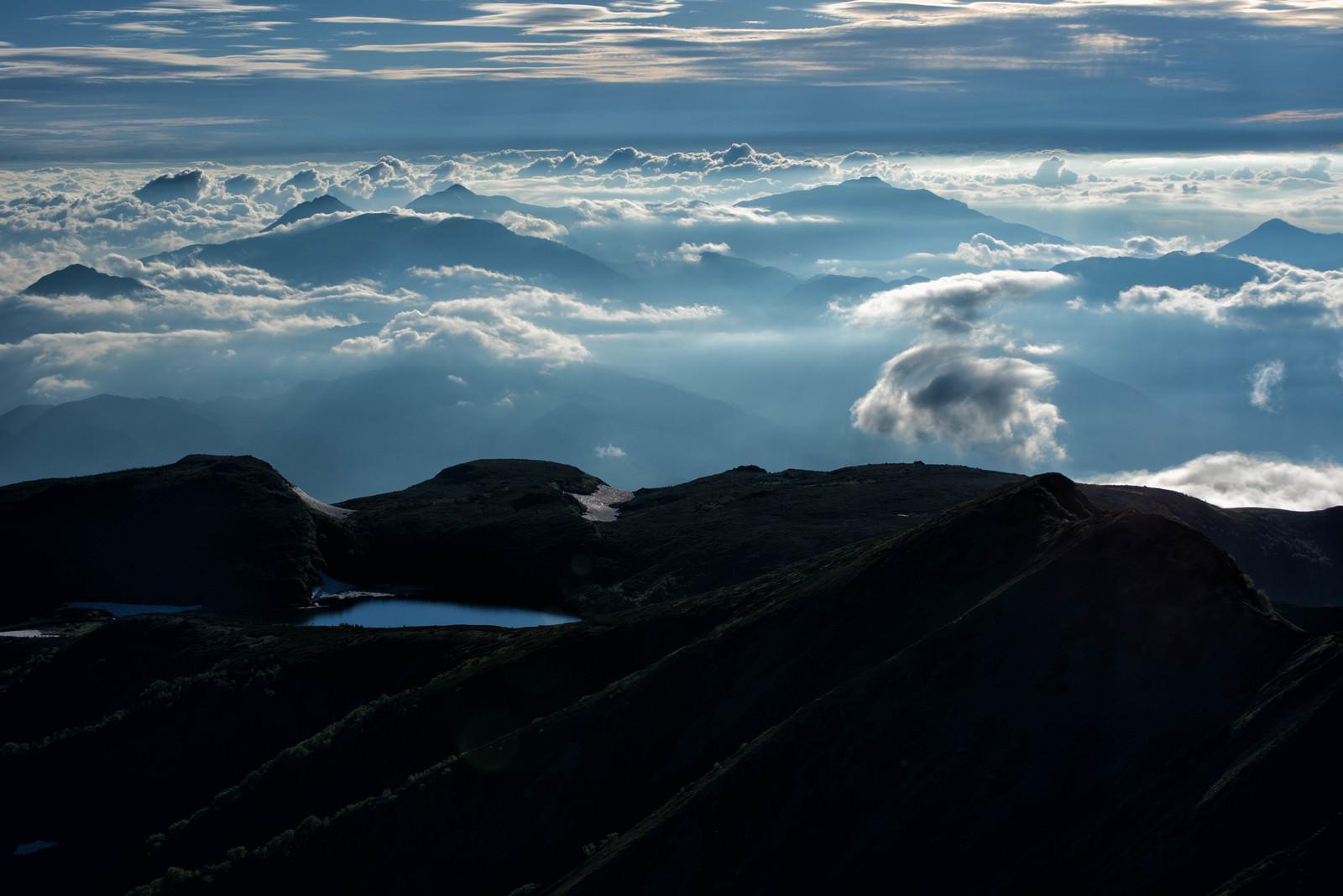「雲の上に浮かぶ白馬大池(北アルプス)」の写真