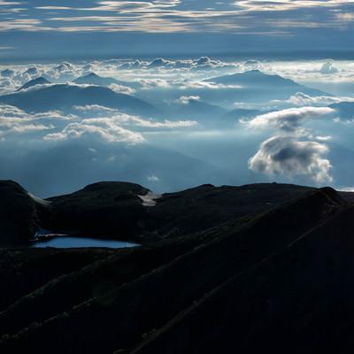 雲の上に浮かぶ白馬大池(北アルプス)の写真