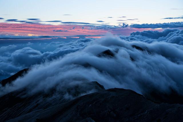 雲の中の小蓮華岳の写真