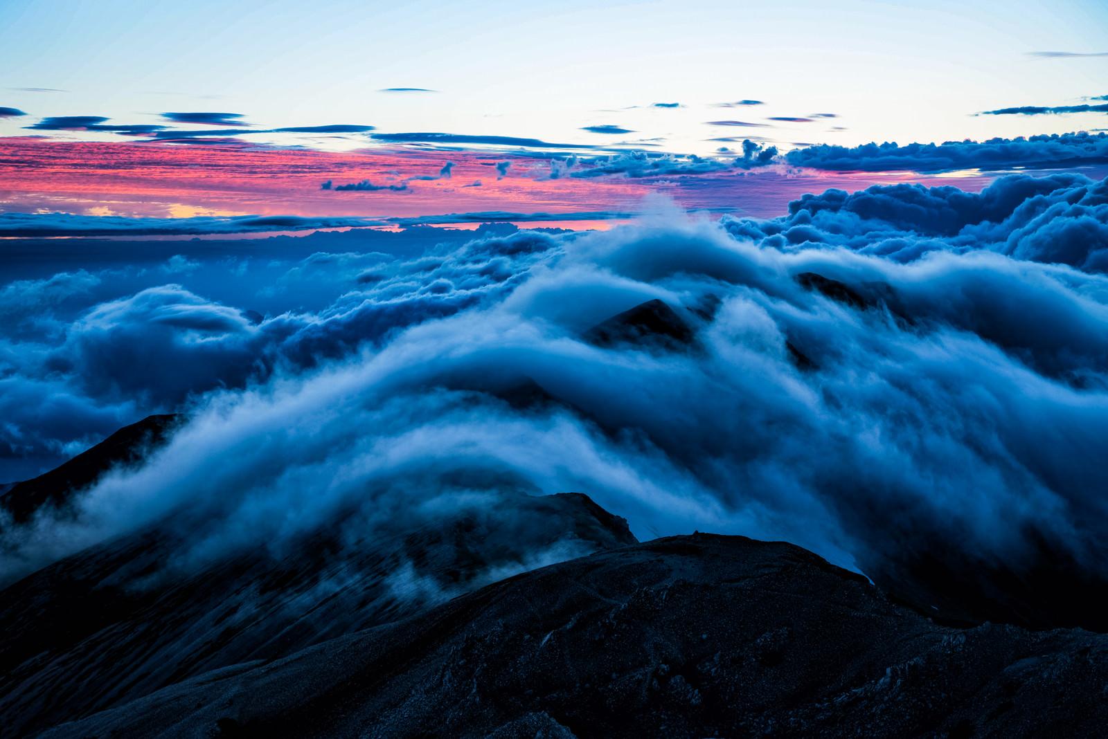 「朝焼けと雲の中の小蓮華岳」の写真