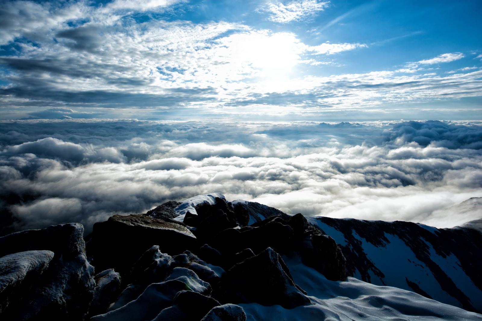 「山頂から眼下に広がる雲海」の写真