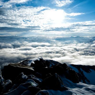 山頂から眼下に広がる雲海の写真