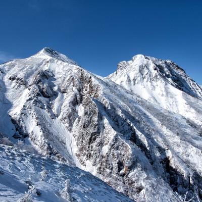 中岳と阿弥陀岳(雪山)の写真