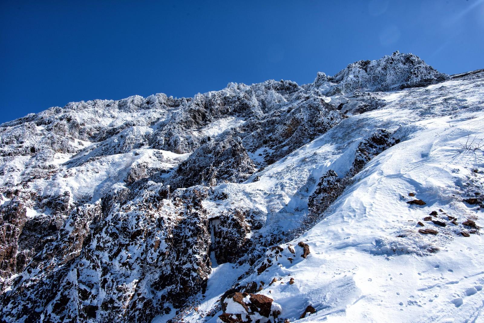 「山頂直下の岩壁」の写真