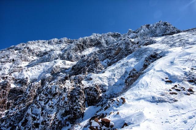 山頂直下の岩壁の写真