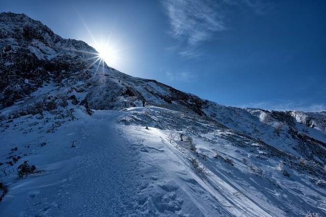 稜線に差し込む太陽の光の写真
