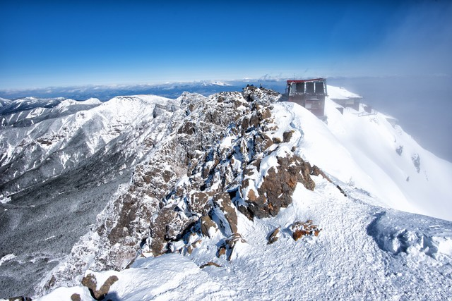 赤岳の山頂(雪)の写真