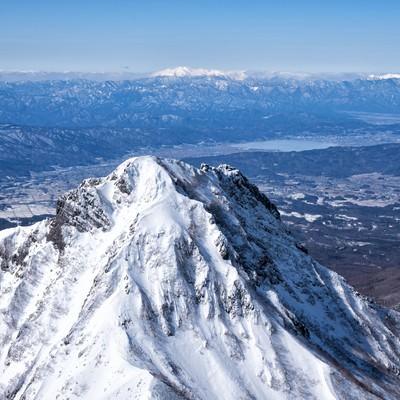 阿弥陀岳の先に見る諏訪湖の写真