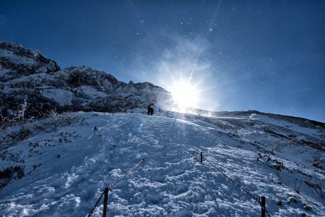 雪煙舞う稜線の写真
