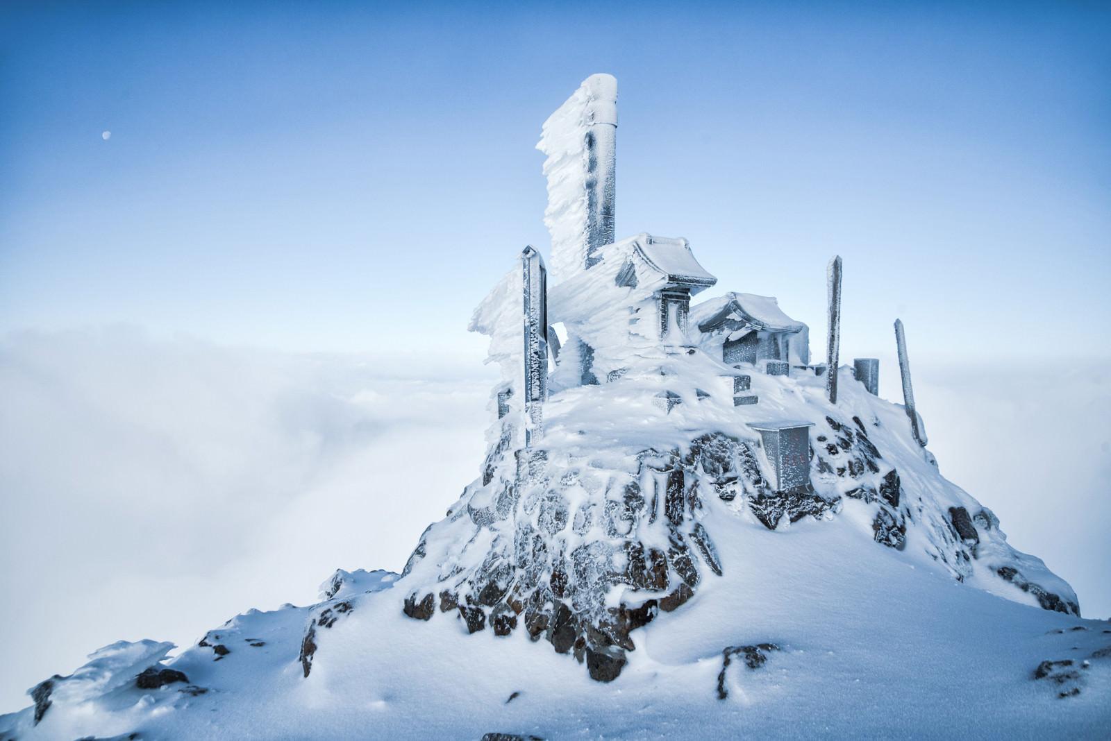 「凍てつく赤岳山頂の御社」の写真