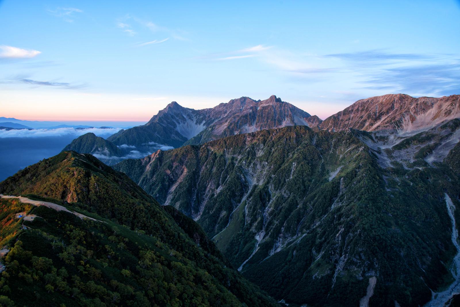 「モルゲンロートに染まる穂高連峰」の写真