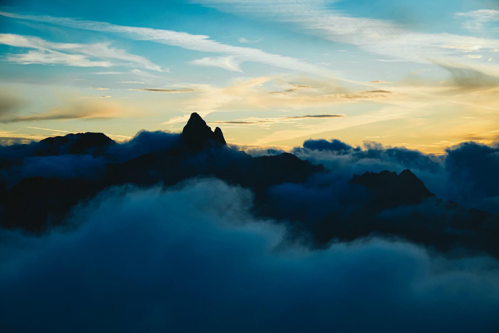 「雲海に浮かぶ槍ヶ岳のシルエット(八ヶ岳南部)」の写真