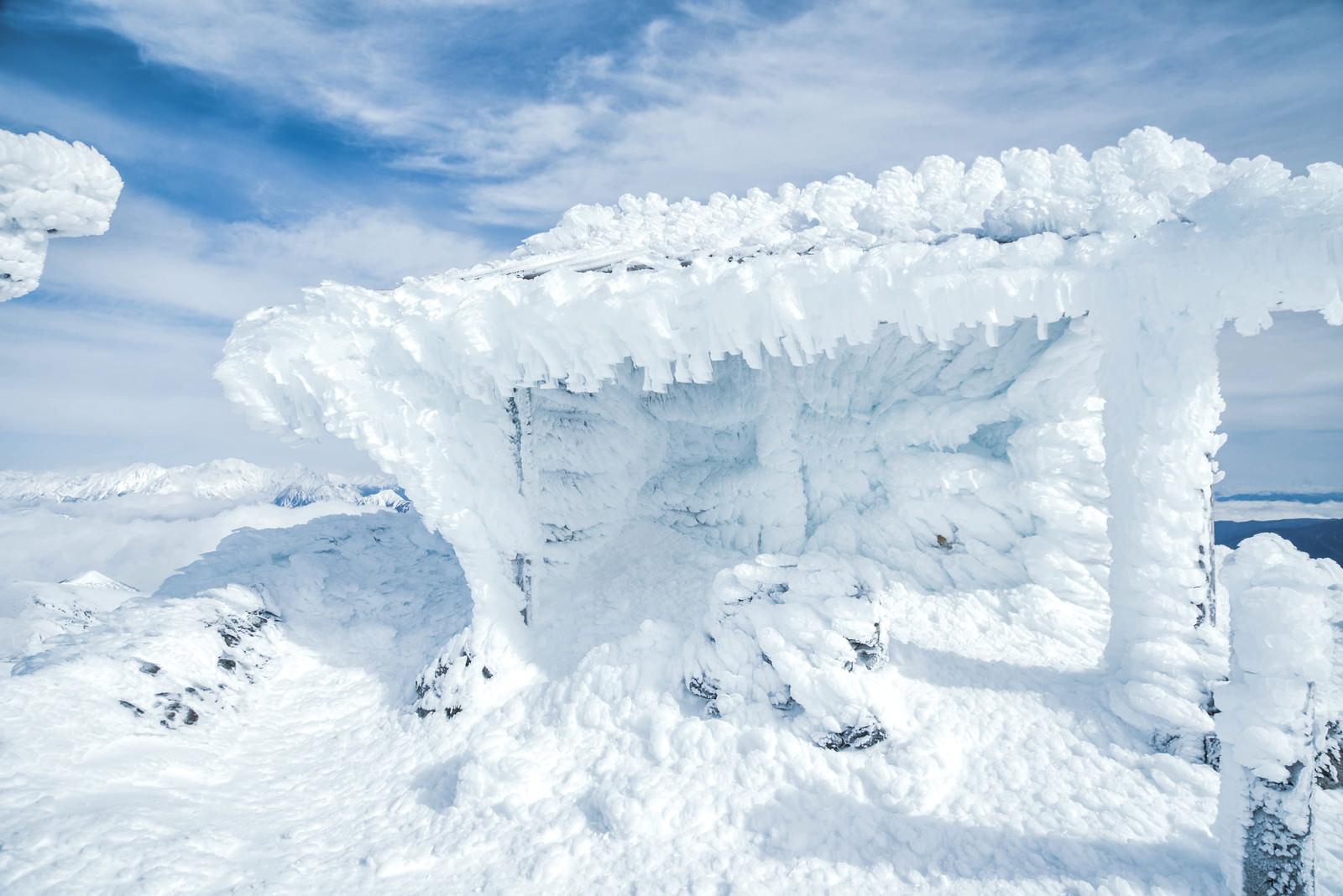 「厳冬期の乗鞍岳剣ヶ峰に佇む御社」の写真