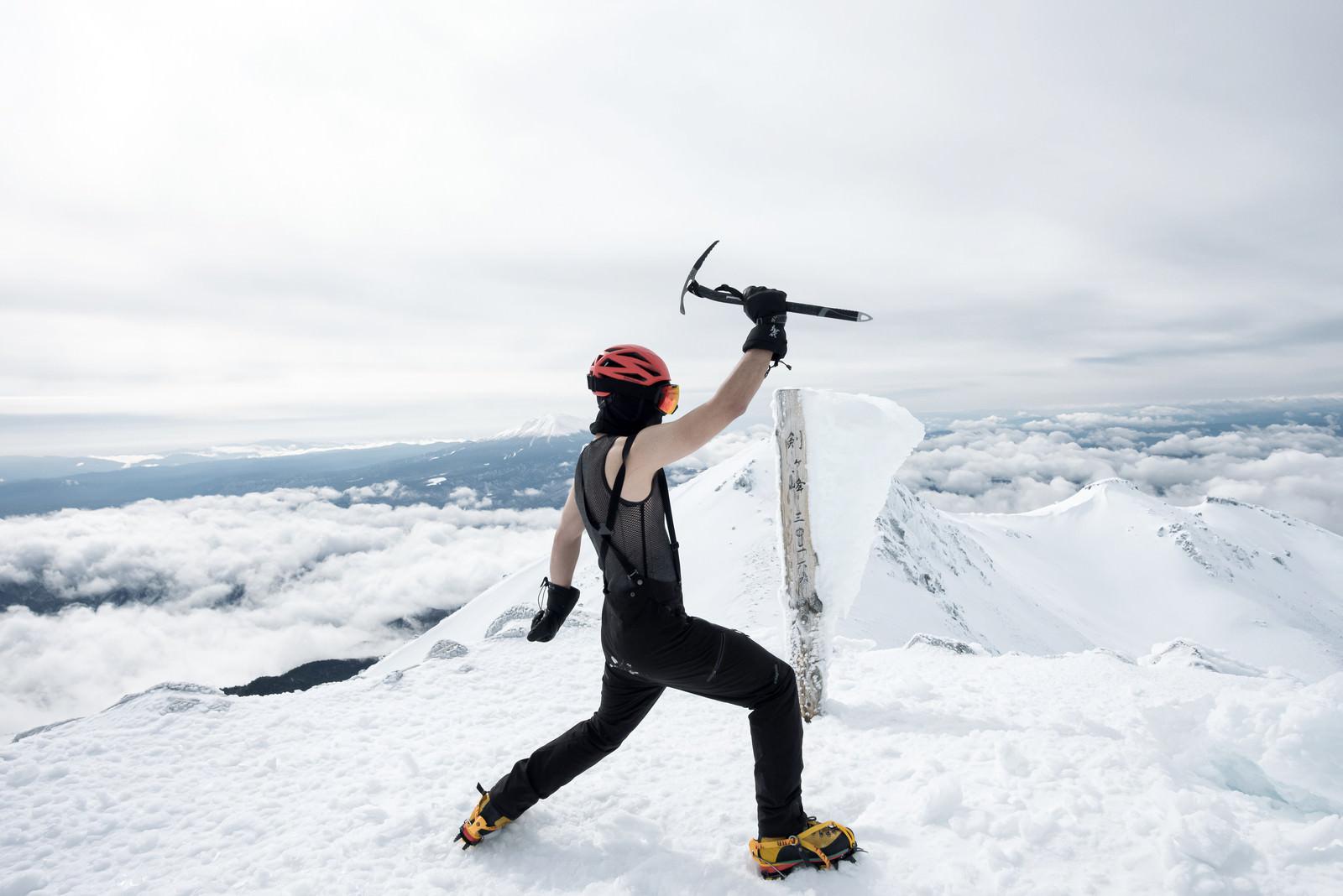 「厳冬期の乗鞍岳登頂に歓喜する登山者」の写真