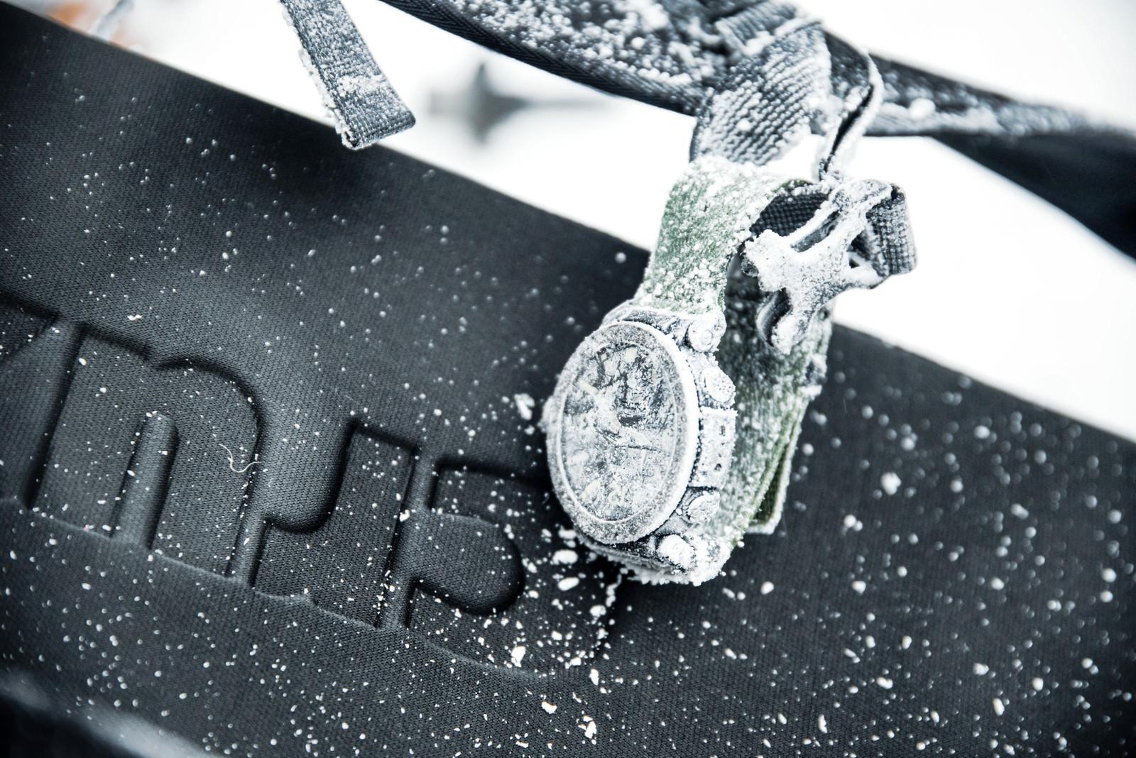 「凍結して霜が付いて文字が読めない時計 」の写真