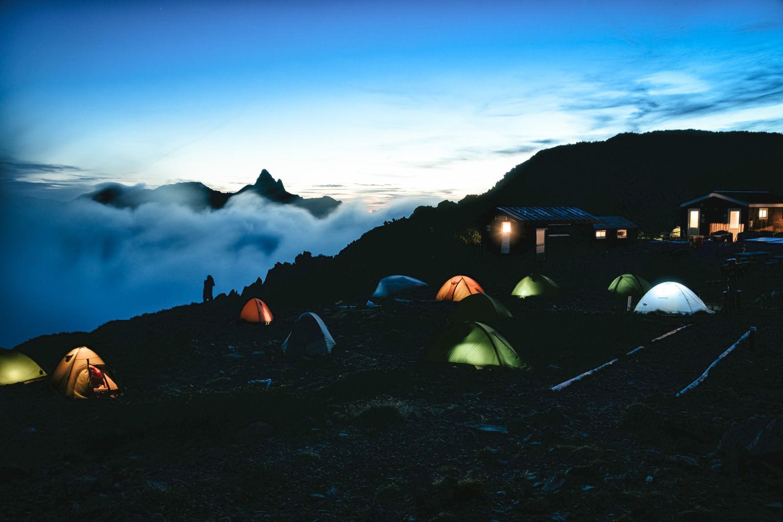「大天井岳の朝焼けとテントの灯り」の写真