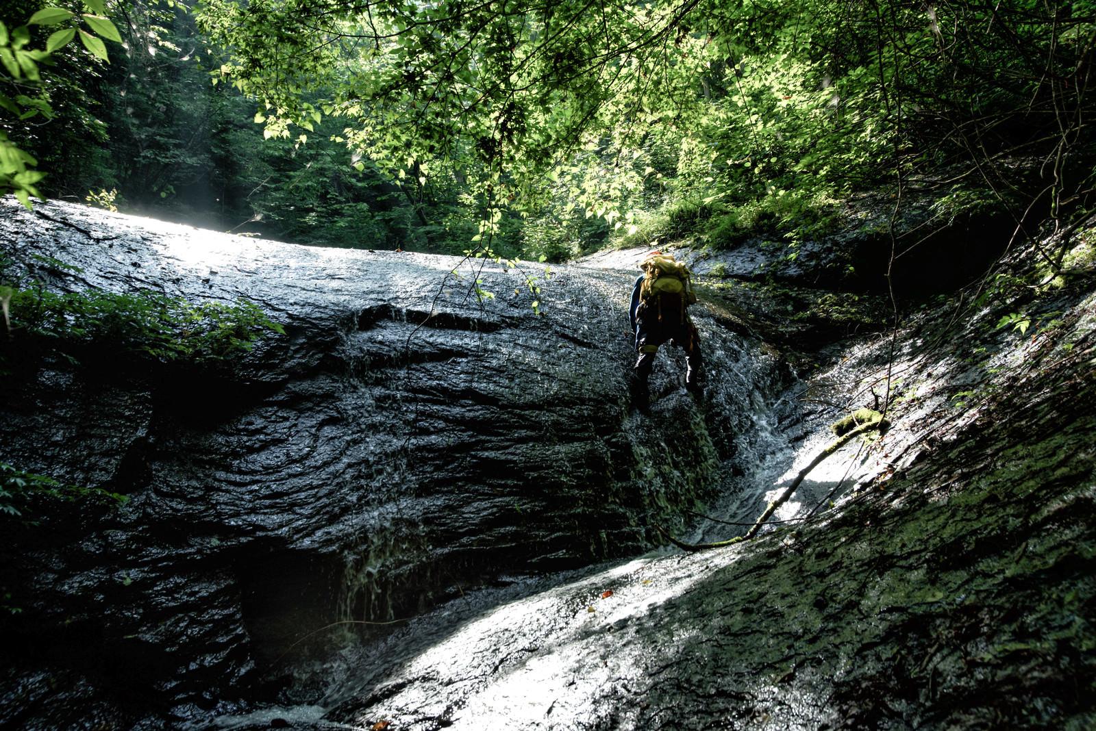「滑滝に挑むクライマー」の写真