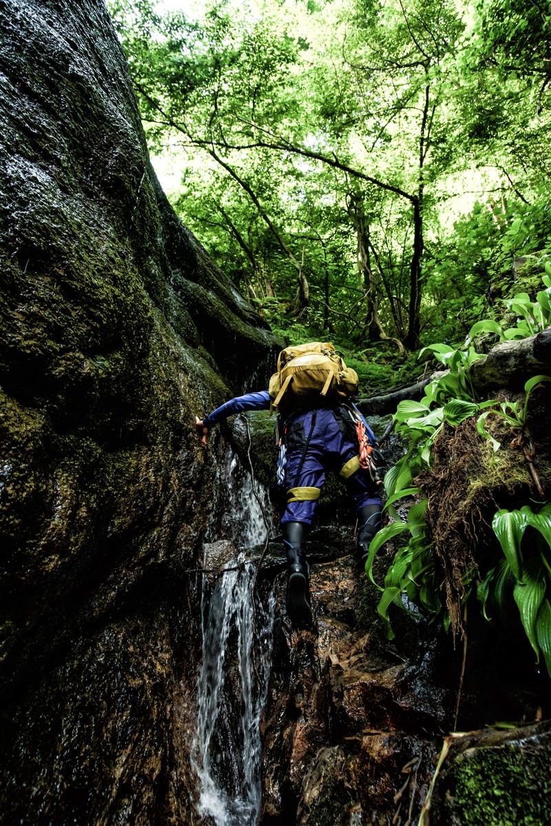 「小さな滝を直登するクライマー」の写真