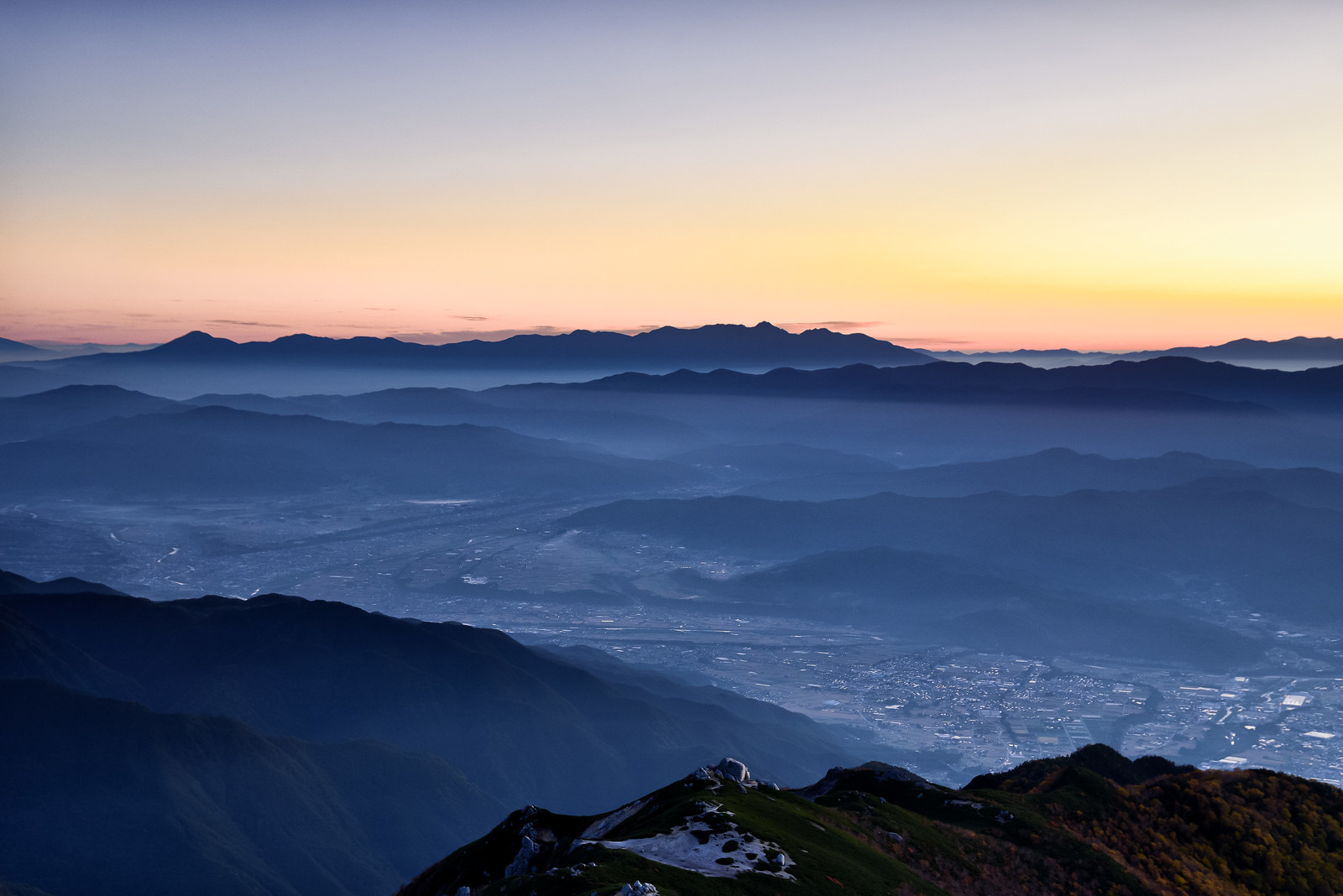 「眼下に広がる伊那市の街並みと明朝の八ヶ岳」の写真