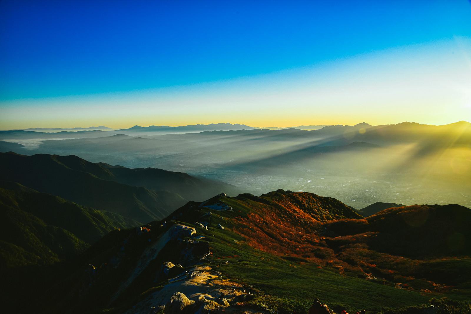 「降り注ぐ天使の梯子と朝靄」の写真