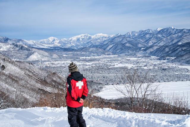 スキー場のパトロール隊員の写真