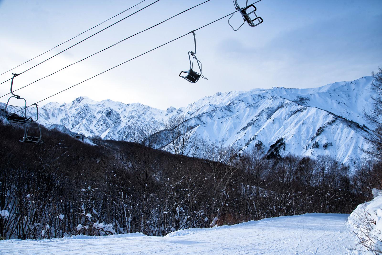 「五竜岳とリフト」の写真