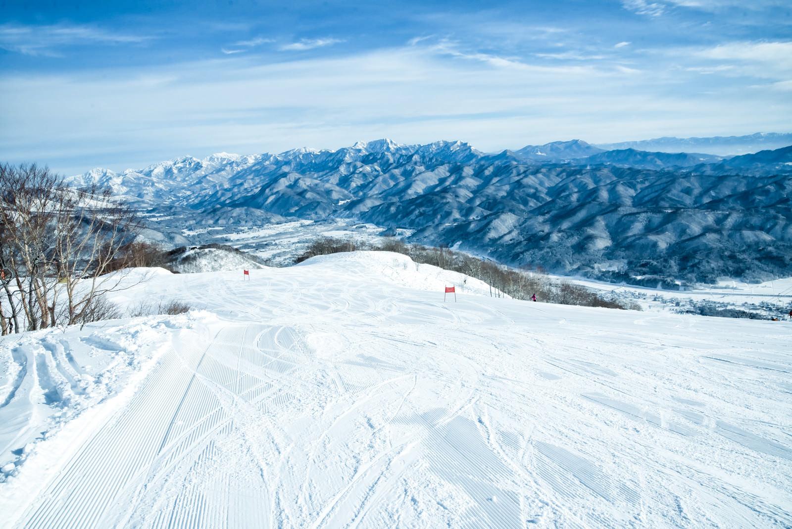 「雪面に残るシュプール(白馬五竜スキー場)」の写真
