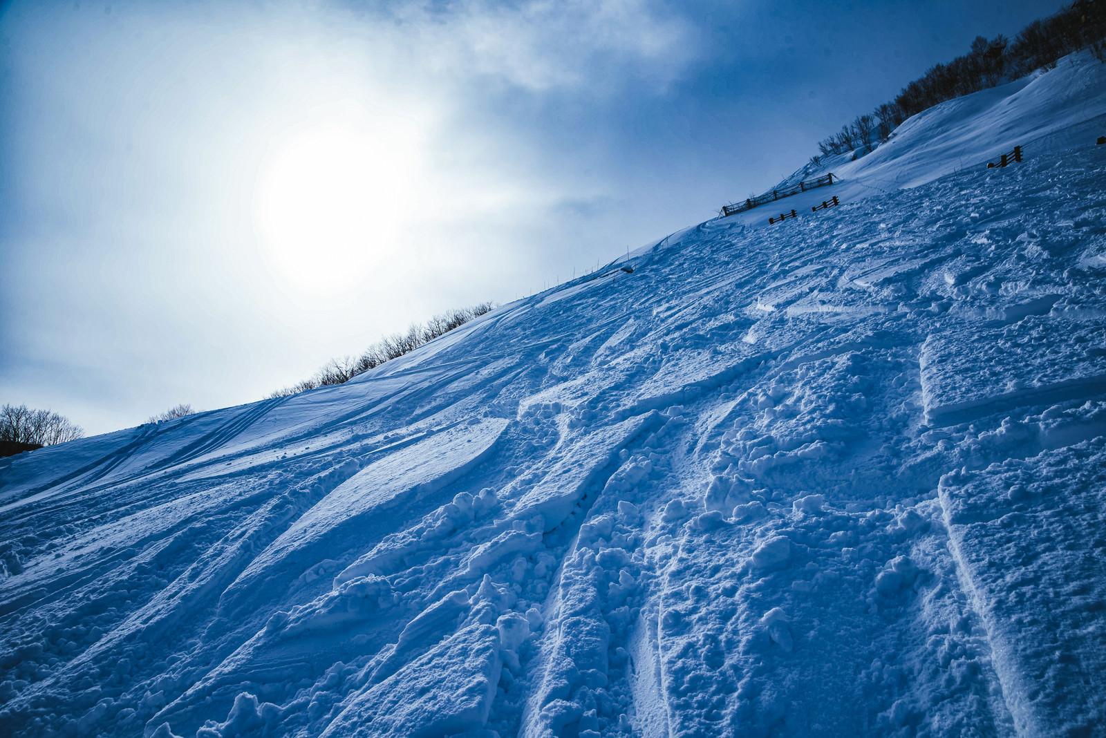 「雪の深いシュプール(未圧雪斜面)」の写真