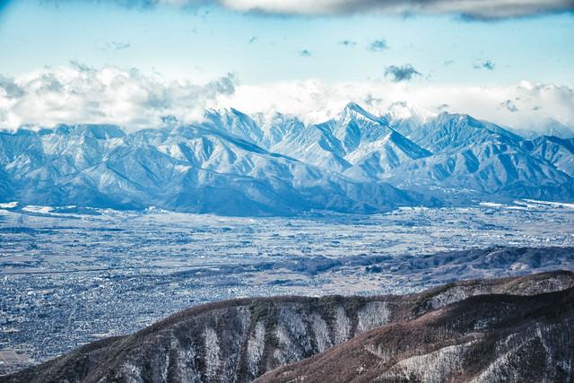冬の常念山脈と街並み(長野県松本市)の写真