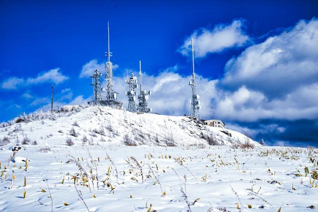 白銀の美ヶ原と電波塔の写真
