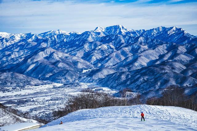 白馬五竜スキー場から見える雪化粧した山々の写真
