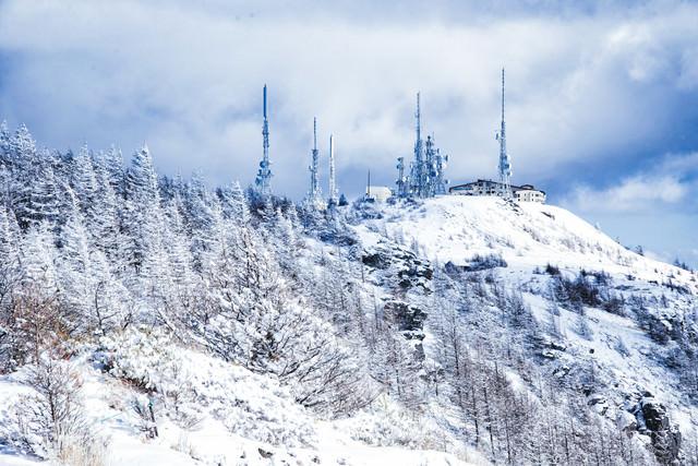 雪化粧した美ヶ原の電波塔の写真