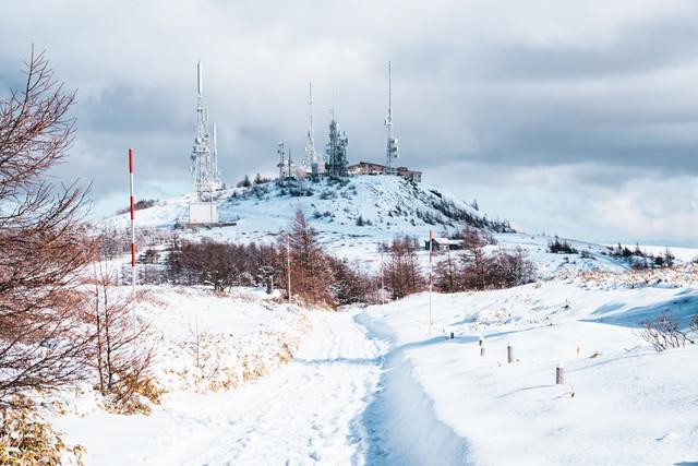 王ヶ頭にそびえ立つ電波塔(美ヶ原)の写真