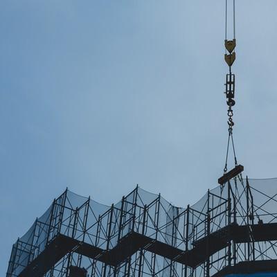 「建設現場の玉掛け」の写真素材
