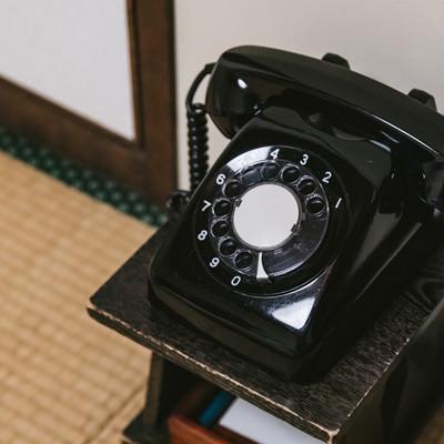 和室の片隅に置かれた黒電話の写真